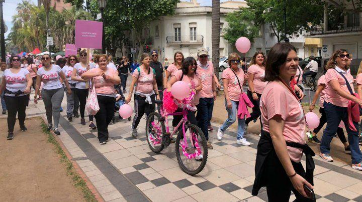 Una caminata rosa para concientizar sobre el cáncer de mama