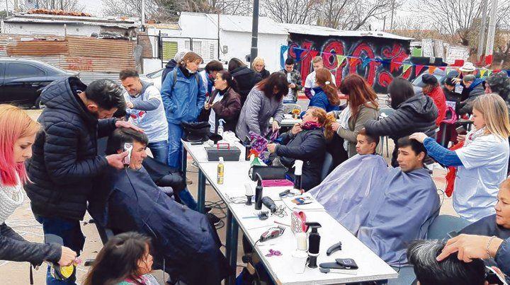 Dar. Para los estilistas solidarios el corte de cabello es una oportunidad para poder entablar un vínculo y pasar una jornada con niños de zonas vulnerables.