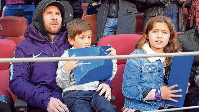 Espectador de lujo. Messi con hijo Thiago observan la goleada que le propinó Barcelona a Real Madrid en el Camp Nou. Ambos gozaron con los gritos de Suárez.