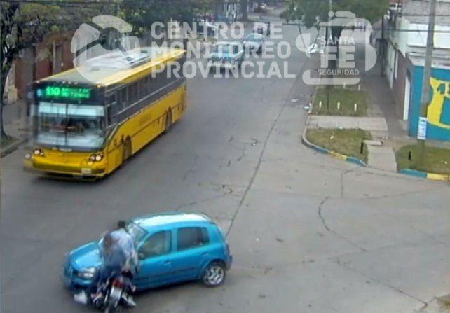 Un video registra el violento choque de una moto