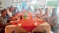 Comensales. Chiqui Tapia, en el fondo, en la comida con dirigentes leprosos y canallas.