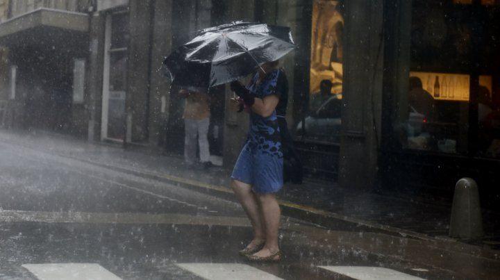 Llovió casi toda la noche y sigue vigente un alerta por fuertes tormentas durante la mañana