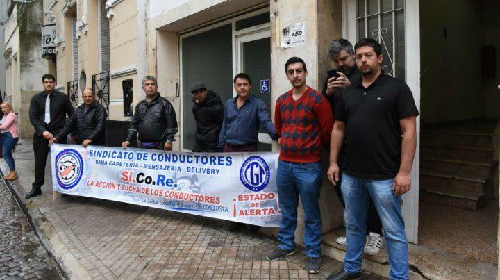 Los representantes del Sindicato de Cadetes esta mañana antes de reunirse con los concejales.