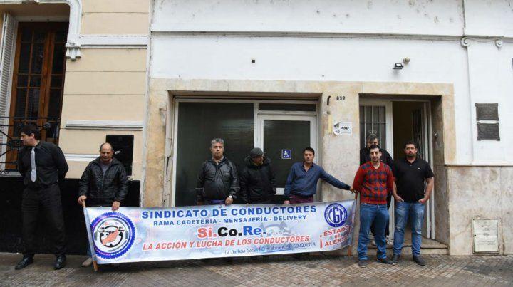 Los integrantes del Sindicato de Cadetes esta mañana antes de reunirse con los concejales.