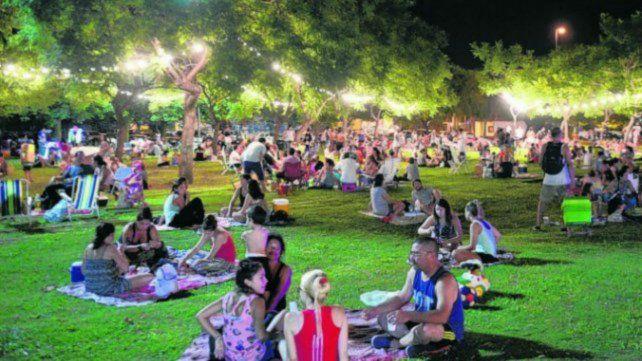 Los picnics convocan a grandes y chicos para disfrutar de la noche al aire libre.