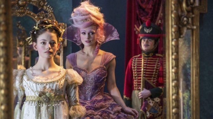 Mackenzie Foy (izquierda) interpreta a Clara