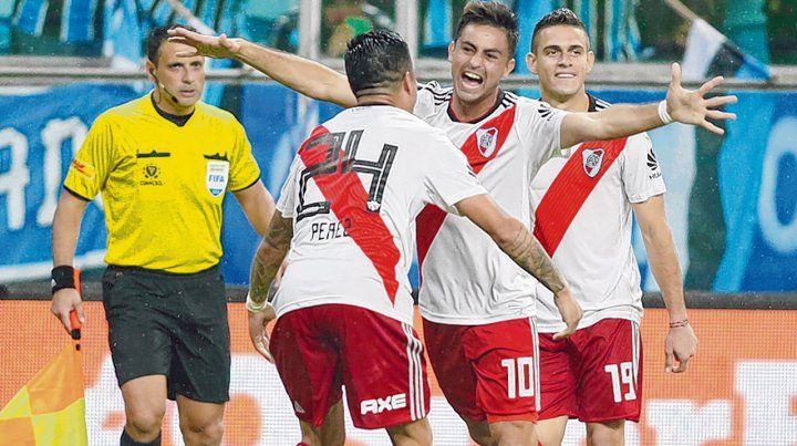 Pity goleador. Martínez festeja el 2-1 y la clasificación en Porto Alegre. Pérez y Borré
