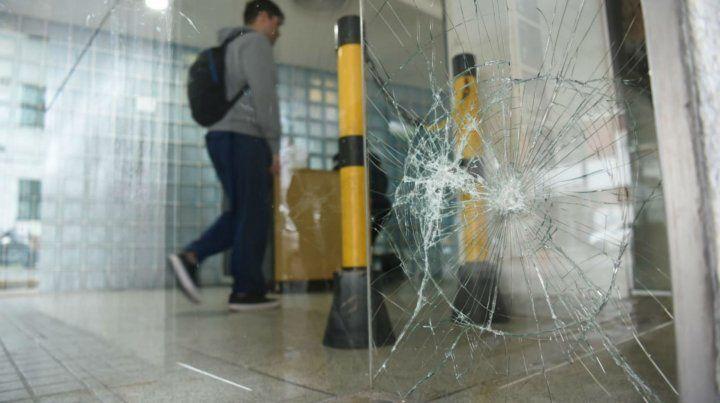 La puerta dañada por los piedrazos.