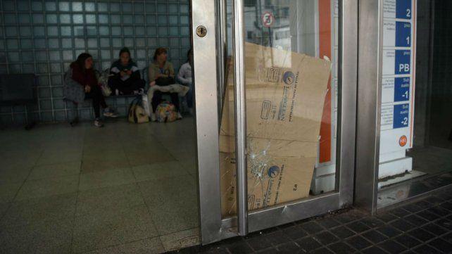 La puerta que resultó dañada por la trifulca que se produjo fuera de la maternidad.