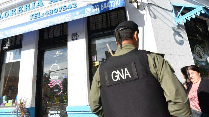 Efectivos de Gendarmería frente al local de Eva Perón y Servando Bayo.
