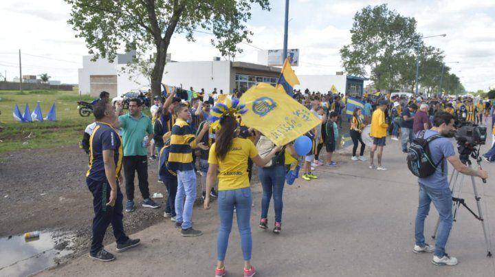 Un nutrido grupo de hinchas se acercó hasta Arroyo Seco para despedir el plantel canalla con vistas al partido de mañana ante Newells.