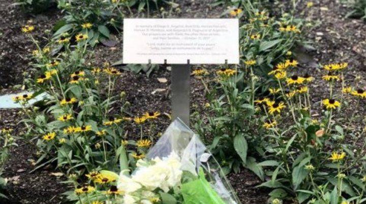 La placa instalada en el lugar del atentado.