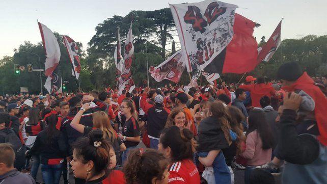 Los hinchas se volcaron masivamente al Coloso y luego trasladaron la fiesta a avenida Pellegrini.