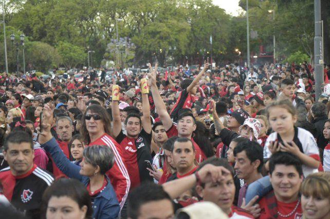Una multitud se juntó en el coloso para el tradicional banderazo.