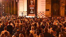 Emotivo. La esquina de Ayacucho y Montevideo, anoche, cuando el recuerdo de los amigos asesinados en Nueva York se adueñó de todos.