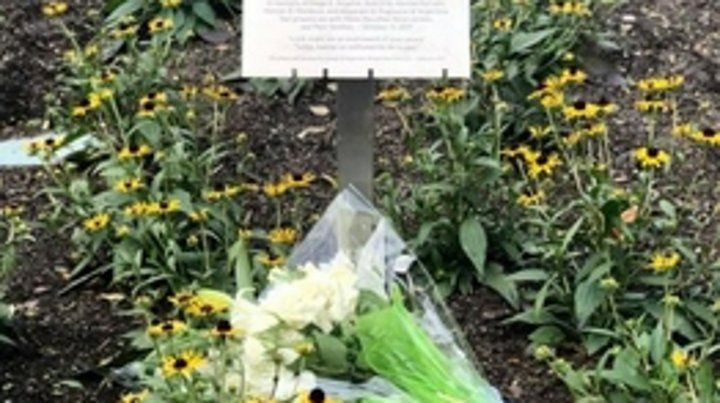 La inscripción y las flores.