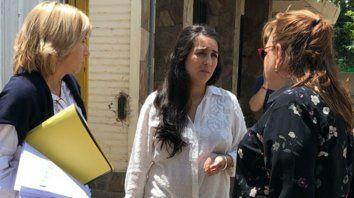 Misión ¿posible? La veedora Rocío Romero (centro) y las asesoras legal y económica enviadas por la provincia.