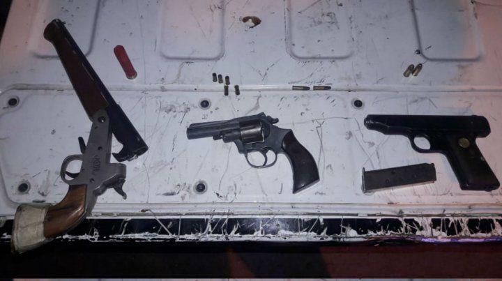 Las armas que fueron incautadas tras el ataque a balazos a un chico de 15 años.