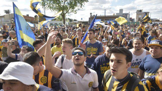 Los hinchas despidieron al plantel en su viaje a Buenos Aires para disputar el clásico rosarino.