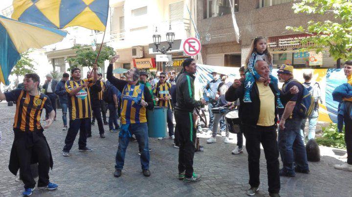 Los hinchas de Central se reunieron frente al hotel donde concentra el plantel en Buenos Aires.