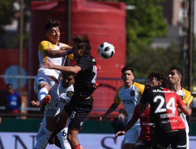 Zampedri y Bíttolo pelean en lo alto por la pelota.