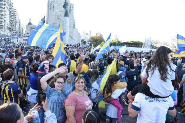 La fiesta canalla llevó su alegría al Monumento a la Bandera
