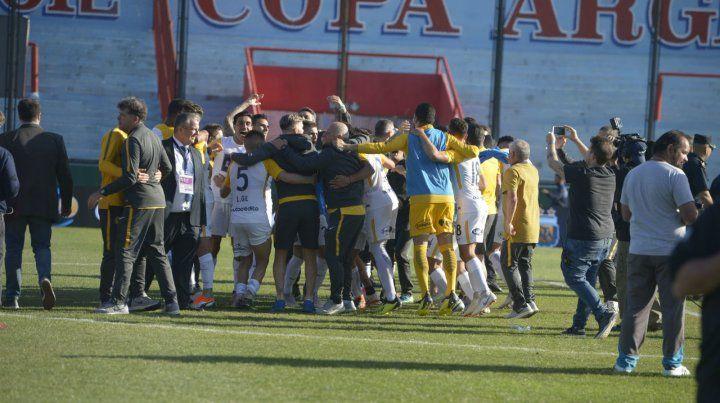 El plantel canalla festejó tras la victoria en Sarandí.