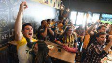 Desahogo. Los hinchas desataron el festejo alocado en un bar cercano al Gigante.