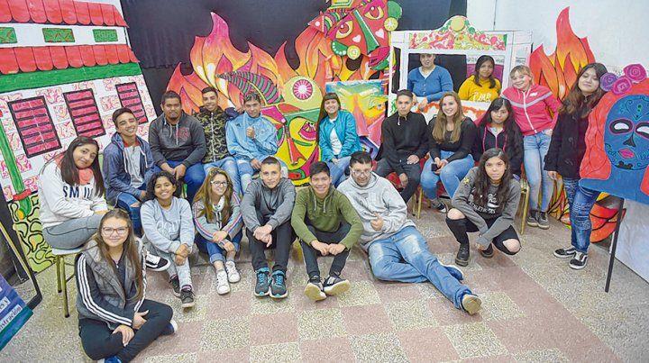 Inolvidable. Estudiantes y docentes de la escuela de Ayacucho al 5.500 que participaron en la obra colectiva.