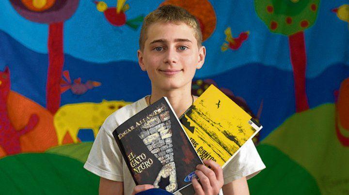 Lorenzo muestra dos de las ediciones del libro de Poe que más le gustaron.