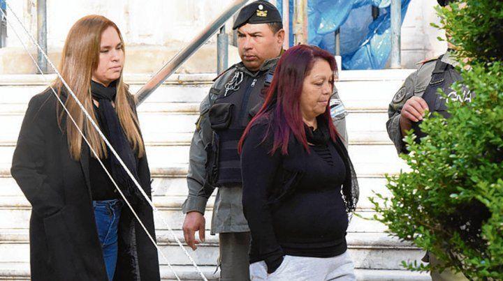 Acusadas. Celestina Contreras seguida por su hija Macarena