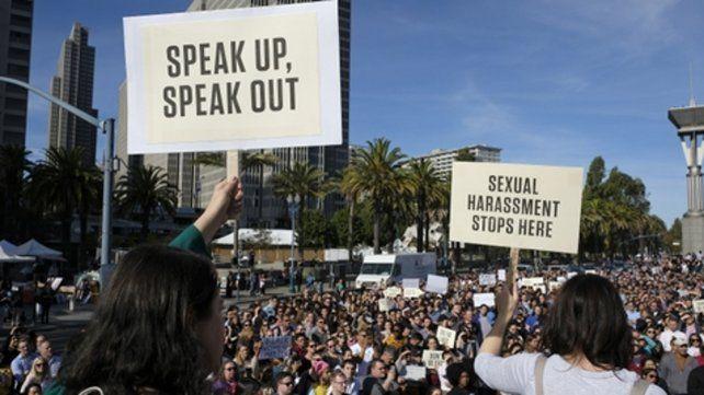 Movilización. En la sede de la firma en San Francisco los empleados salieron con pancartas a la calle.