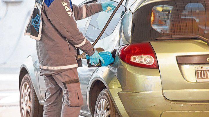 Oro negro. Llenar el tanque cada vez cuesta más. Los automovilistas dejan las naftas premium y cargan súper.