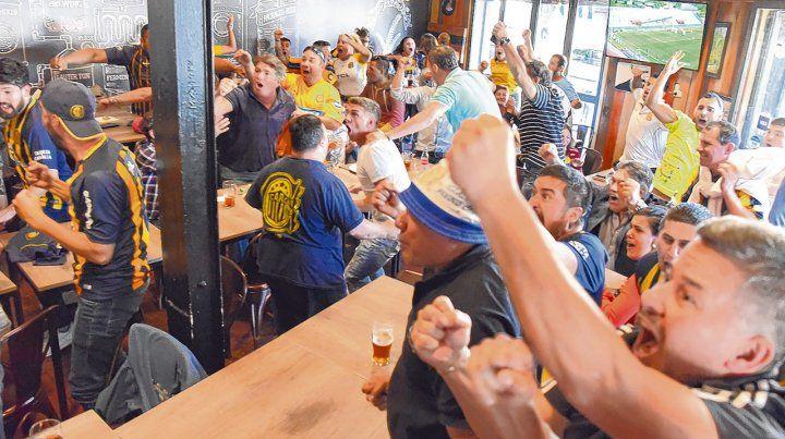 Estallido auriazul. Los fanáticos de Central gritan con ganas el gol de Herrera en el bar de Avellaneda y José Ingenieros. A una cuadra del Gigante