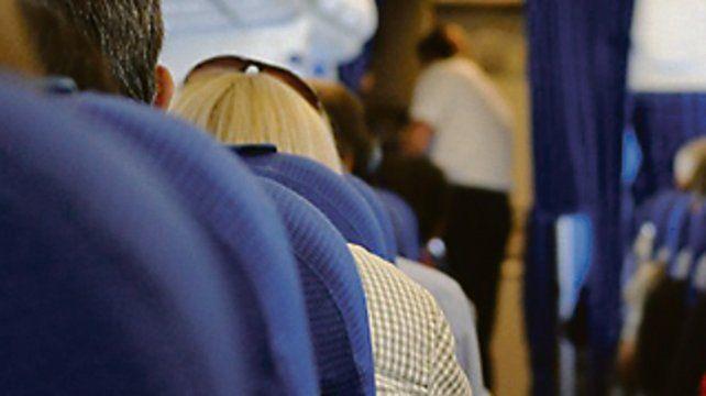 Recomiendan mover las piernas y caminar a quienes viajan en avión