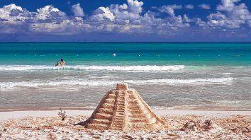 Legado Maya. La ciudad de Cancún está ubicada en el extremo noreste de la península de Yucatán, en el estado de Quintana Roo, una de las zonas más pobladas del antiguo imperio.