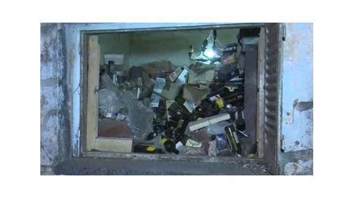 Desde la ventana abierta se puede apreciar el montículo de basura que hay en el interior. (Captura de TV)