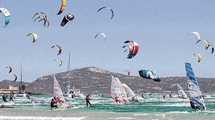 Volando sobre las olas. El Kite & Windsurf son actividades que emocionan tanto a los deportistas como a los espectadores.