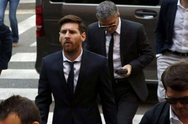 Leo Messi y su padre años atrás cuando concurrieron a Tribunales españoles por un juicio de evasión de impuestos.