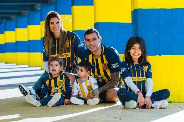 La postal muestra a Germán y a su esposa Jaquelina junto a sus hijos Martina, Thiago y Abril enfundados con los colores auriazules.