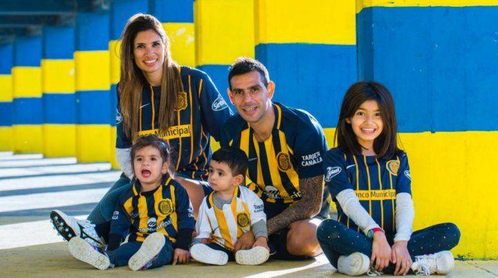 La postal muestra a Germán y a su esposa Jaquelina junto a sus hijos Martina