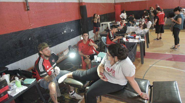 Tatuadores a full en las instalaciones del Parque