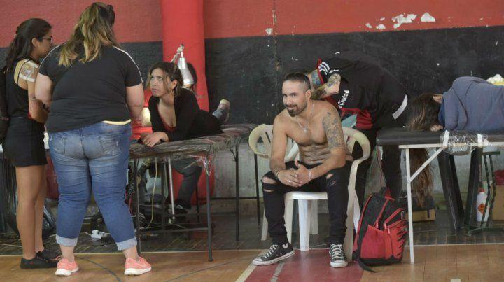 Masiva concurrencia de hinchas de Newells para tatuarse por los 115 años del club