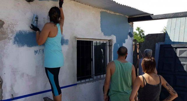 Manos a la obra. Los voluntarios pintaron las paredes del remozado espacio comunitario.