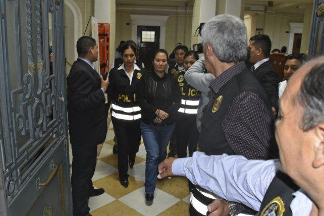 Condena. La esposada líder de la oposición peruana es trasladada detenida.