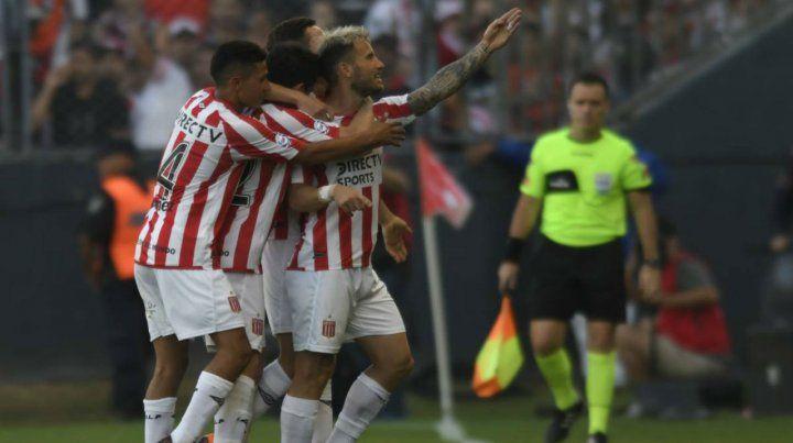 Para vos. Fernández marcó el gol y lo festeja de cara a la platea.