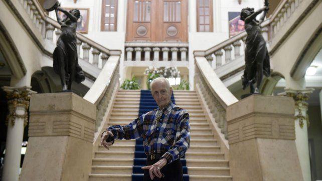 Frente a las escalinatas. El profesor se luce en el palacio de Rioja y Sarmiento.