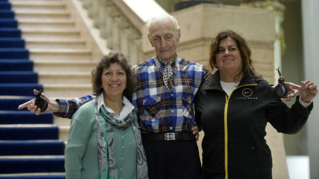 Tiene 91 años y cultiva su espíritu como maestro de castañuelas
