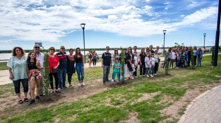 Familiares y amigos de las víctimas del atentado en Nueva York plantaron cinco cipreses para honrar su memoria