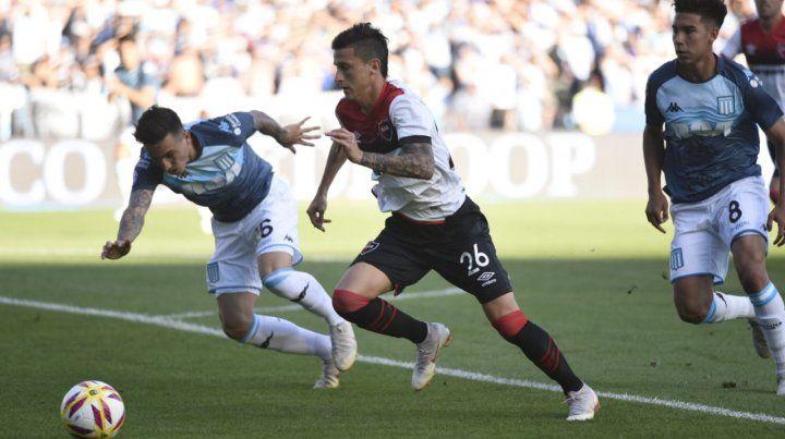 El Rayo Fértoli trata de escapar a la marca del defensor.